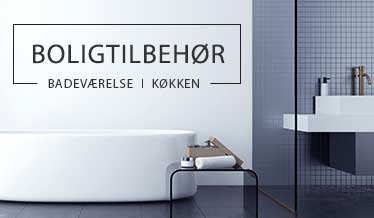Badeværelse med badekar, håndvask og sæbedispenser