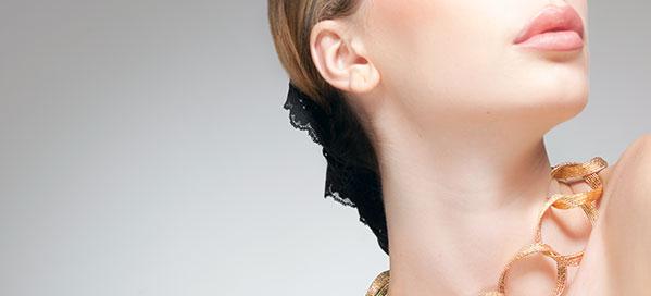 Kvinde med halskæde