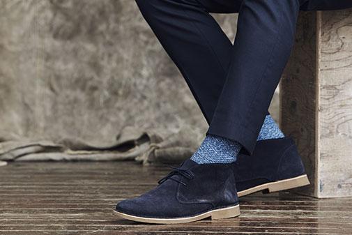 Mand i sko og knæstrømper