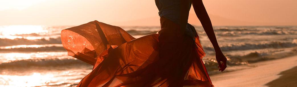 Kvinde i flot strandkjole