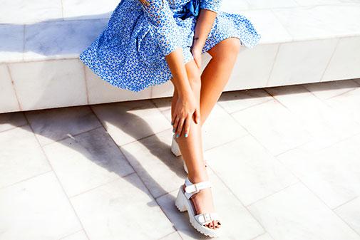 Pige i sandaler