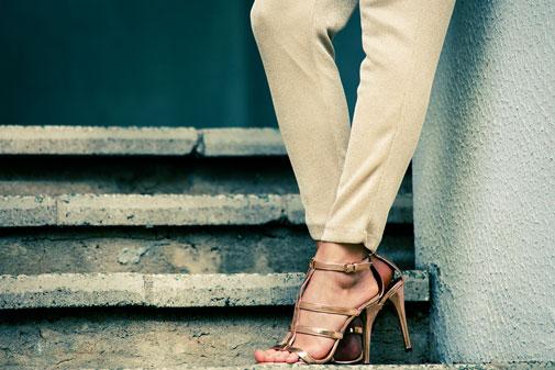 Kvinde i sandal med hael