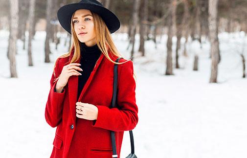 Kvinde i rød vinterfrakke