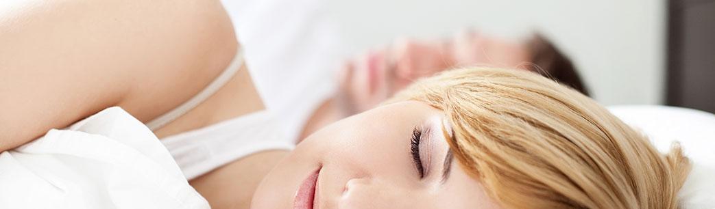 Mand og kvinde der sover