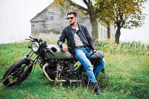 Mand i bikerstøvler ved motorcykel