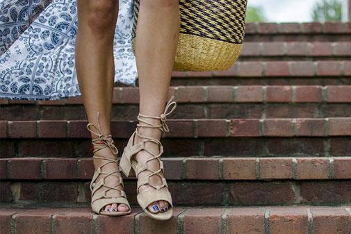 Kvinde i flad sandal