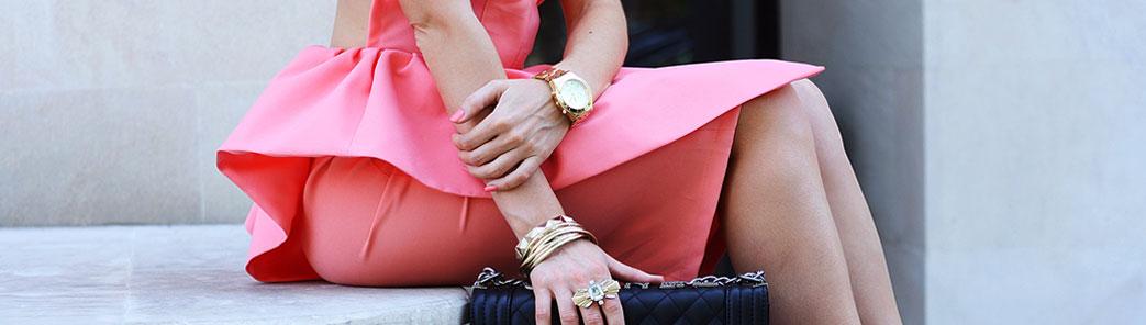 Kvinde i pink kjole