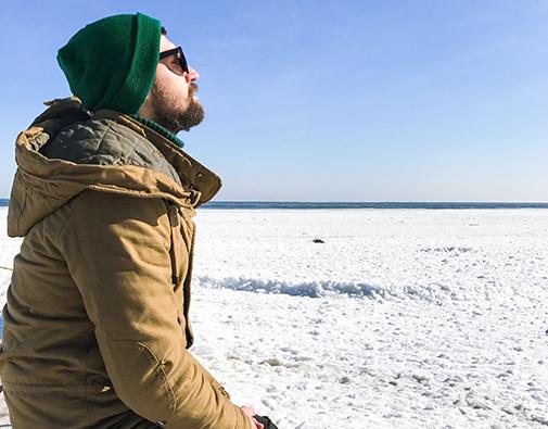 Mand med vinterjakke i sne