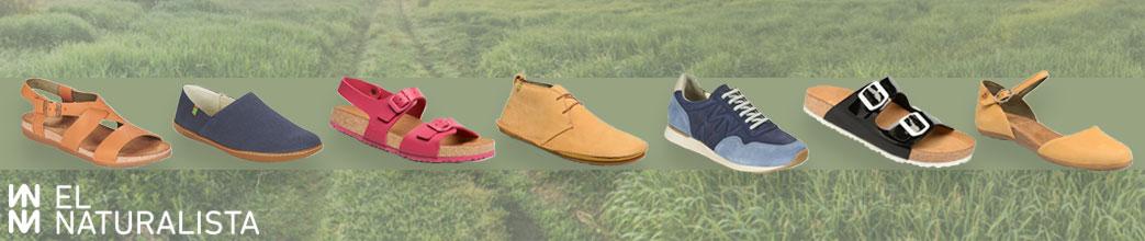 Forskellige sko fra El Naturalista med græs i baggrunden