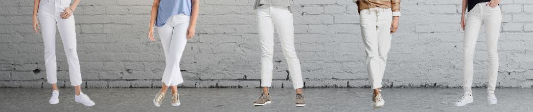Modeller iklædt forskellige hvide jeans foran en mur