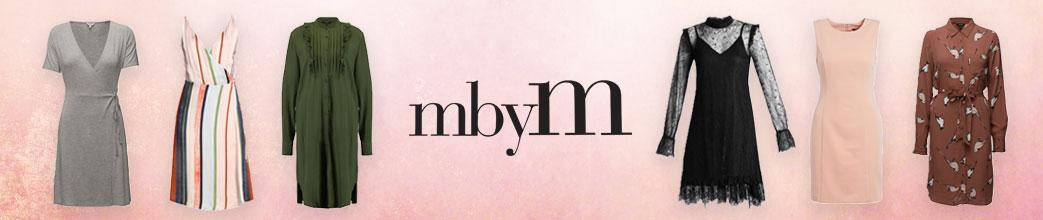 Forskellige kjoler og mbyM logo på lyserød baggrund
