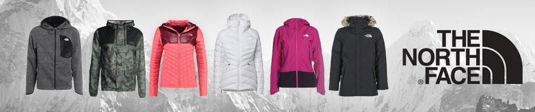 Forskellige jakker og The North Face logo foran bjerglandskab