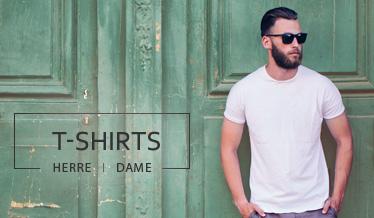 Mand med skæg og solbriller i hvid T-shirt