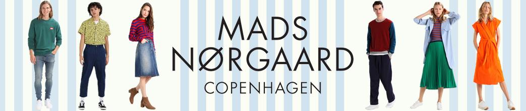Kvinder og mænd iklædt Mads Nørgaard tøj og sko