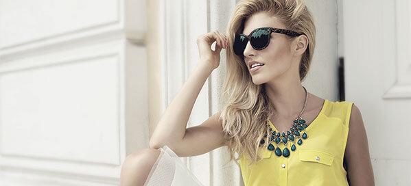 Kvinde i gul bluse